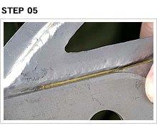 プレートの内側に向け、全周にわたって段差を付ける。材料が薄いシートメタルなので、ひび割れることなく成型できた。ただ、ポンチで叩いているのでプレスラインはガタガタだ。