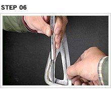 プレス部分のエッジをはっきり出すために、適当な金具をバイスで挟み、段差部分をポンチで叩く。この手法を応用すれば、さまざまなパーツが作り出せそうだ。