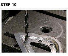 先に成形したタンク側面への張り付けは、やはりエポフィラーを接着剤代わりにする。エポフィラーの回り込みを良くするために、プレート内周に適当に穴を空ける。