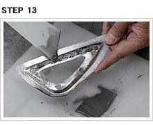 タンク右側のプレート位置を参考に、取り付け位置を決めたら、接合面の全面にエポフィラーを塗る。これで合わせ面の隙間が無くなり、この部分からの腐食が防げる。