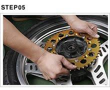 ダンパーラバーの位置を合わせてスプロケットハブを挿入する。ホイールハブにしっかり収まったら、円周方向に動かしてガタが生じないことを確認しておくこと。タイヤの回転にかかわる重要な部分だ。