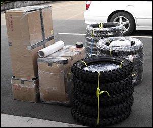 タイヤの多さが印象的。その他の荷物も大量。