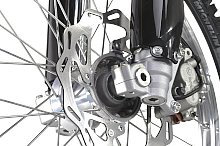 KYB製のフロントサスペンションは、φ48mmの倒立タイプ。ブレーキローターはウェーブタイプを採用。