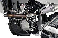 インテークマニホールドの形状変更、KEIHIN製フューエルインジェクションによってパワー、トルクともに5%のアップ。サイレンサーは、オフロードでは珍しい左出し。
