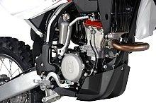 エンジンは250と共通の仕様で、ボア&ストロークを拡大して排気量アップしている。