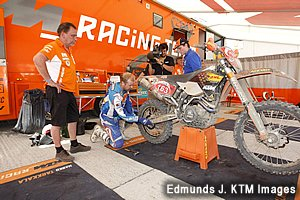 競技中にライダー自身がマシンをメンテナンスしたり修理しなければならないのも、ISDEの特徴。