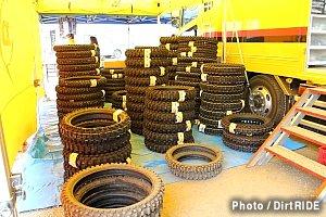 大量に用意されたタイヤ。これらはすべて、一般ユーザー向けに準備されたものです。驚きの量ですね。