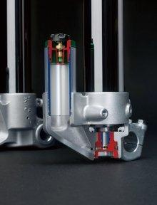 SFF-Air-TACは従来のコイルスプリングの代わりに空気で満たされたトリプルチャンバーがスプリングの役割を果たす。TACの空気圧の変更範囲は、従来のフォークではオプションスプリングに変更しなければならないところもカバーできるようになった。バランスチャンバーはプリロードのセッティングが可能。