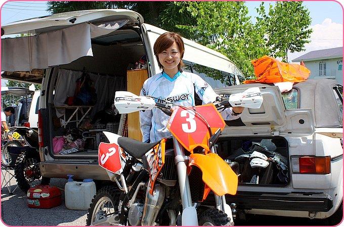桃子さんとKTM 105