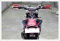 オフロードバイクは元からスリムボディのモデルが多いが、SM250R IEは競技向けキャラクターを持っている事もあり、よりスリムな車体になっている。それにしてもコレは細い!