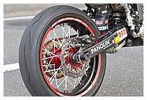 タイヤはピレリのDIABLO SUPERCORSAを選択。まるで磁石が入っているようなグリップ感で、いくらバンクさせても転倒する気がしない、「他のタイヤはもう履けない」と言うほど信頼している。