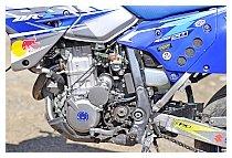 ZETA(ジータ) エンジンプラグのブルーをチョイスして、カラーリングに統一感を出している。TMRを装着し吸気量が上がったので、エアークリーナーボックスに繋がるサイドカバーに穴を開け、より空気を吸えるように加工した。この改良で、よりパワーアップしたように感じると言う。
