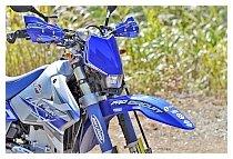 限定色を更に際立たせる狙いと各部の保護目的で、ZETA アーマーハンドガード、DIRTSKINS(ダートスキン)のショックカバーもブルーで合わせてチョイス。タンクキャップも、ZETA ガスキャップのブルーに変更している。