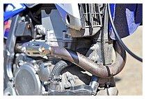エキゾーストパイプは、DELTA(デルタ) トルクヘッドパイプに変更。ノーマル比で軽量化に寄与すると共に、燃費、パワーが向上すると言う。新品状態に比べ、大きく変色しており、かなり乗り込んでいる事が分かる。
