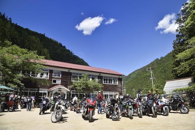 廃校になった木造校舎と校庭を使った「モトカフェ木沢小学校」イベントレポート