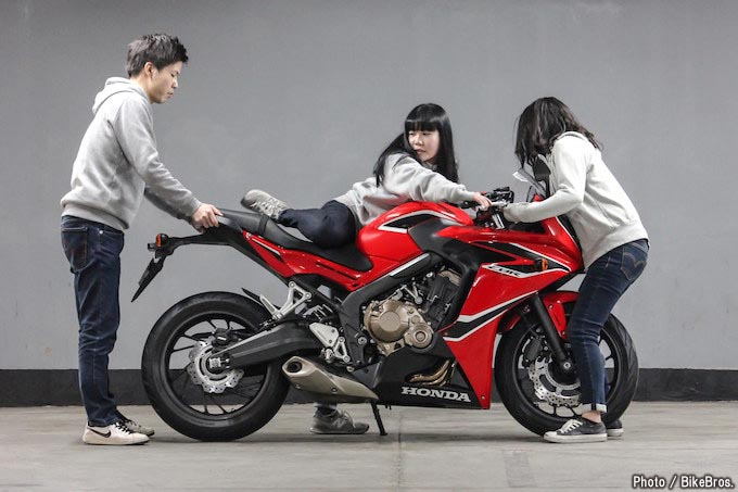 【バイク足つきチェック】2017年型ホンダCBR650F 開発時のこだわり、足つき性の確保は女子にも当てはまる?!の画像