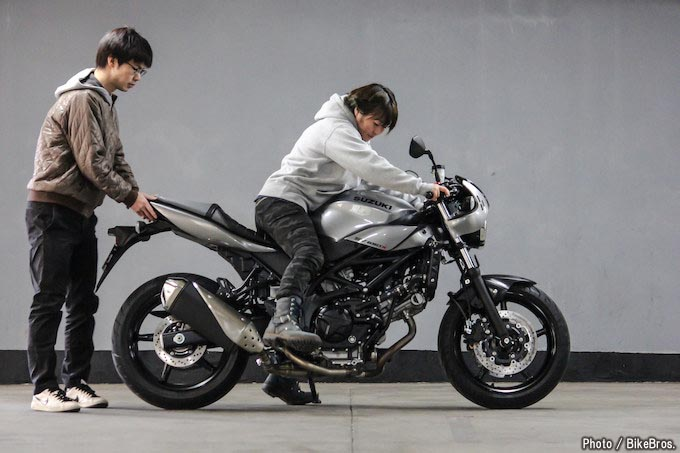 【バイク足つきチェック】2018年型スズキSV650X ABS シートやタンクの形状が女子たちの足つき率をアップする?!の画像