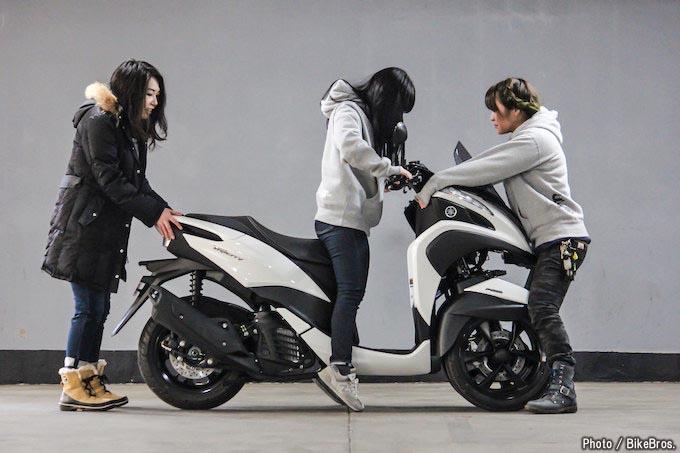 【バイク足つきチェック】2018年型ヤマハTRICITY125 安定性の高い三輪ATコミューターの足つきはいいのか?!