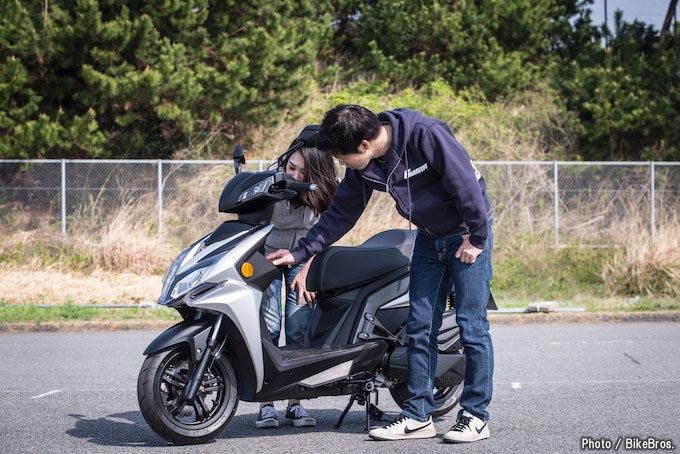 【バイク足つきチェック】2018年型キムコRacing S 150 150ccスポーツスクーターの足つきは?