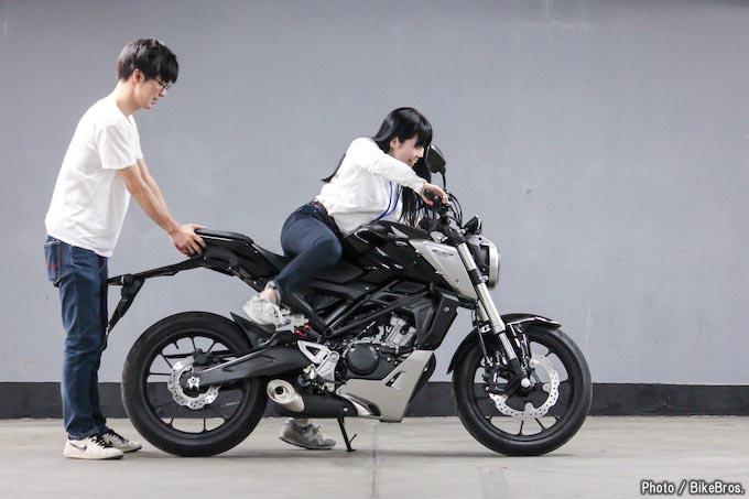 【バイク足つきチェック】2018年型CB125R 125ccスポーツモデルの足つきは?
