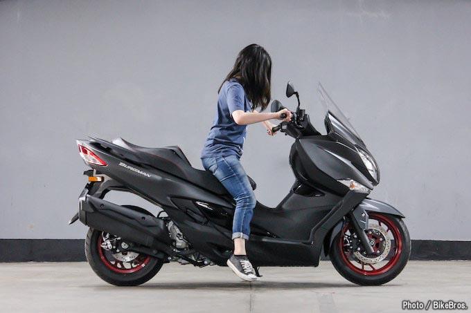 【バイク足つきチェック】2018年型スズキバーグマン400 ABS/スカイウェイブが進化! 全面改良された400ccスクーターの画像