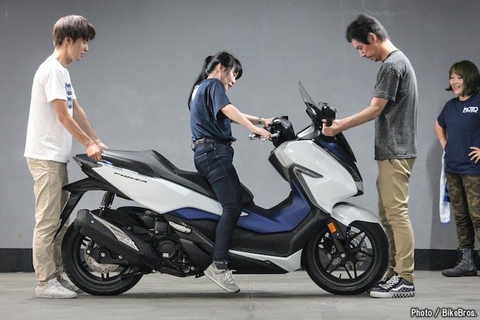 【バイク足つきチェック】2018年型FORZA/幅広いシチュエーションで乗りたい250ccスクーターの足つきはどうか?!の画像