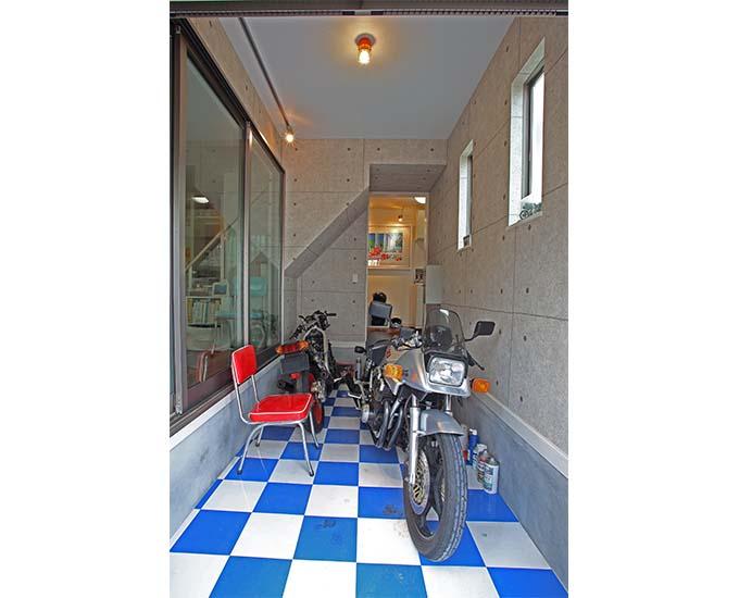 【新型コロナに負けるな!ガレージライフ】ビルトインガレージはバイクだけにすることで、念願のガレージハウスを実現の画像01