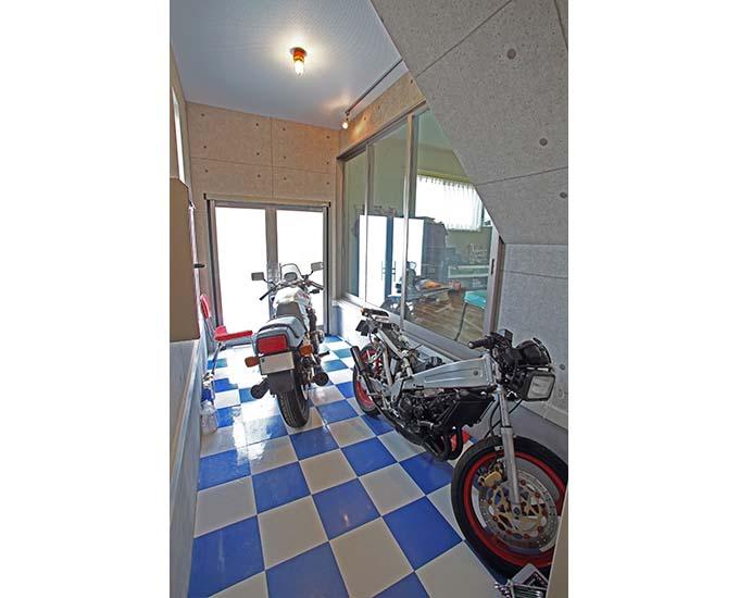 【新型コロナに負けるな!ガレージライフ】ビルトインガレージはバイクだけにすることで、念願のガレージハウスを実現の画像05