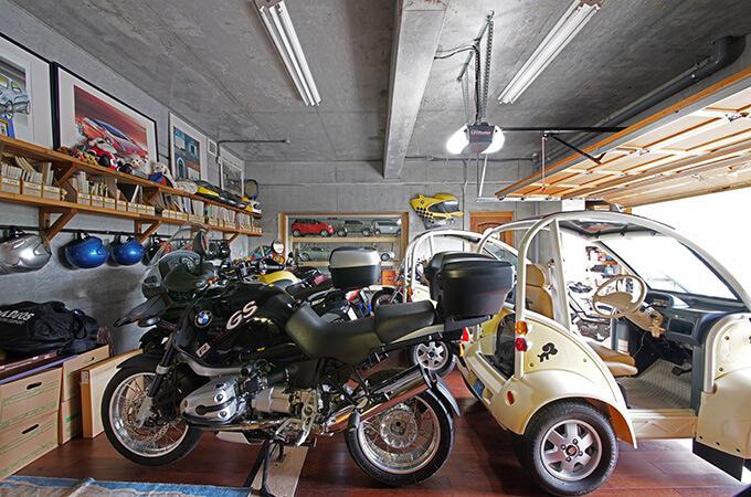 【新型コロナに負けるな!ガレージライフ】クルマ、バイク関係をはじめ、数々のデザインを手掛けた日本を代表するデザイナーが創り上げた創作空間のメイン画像