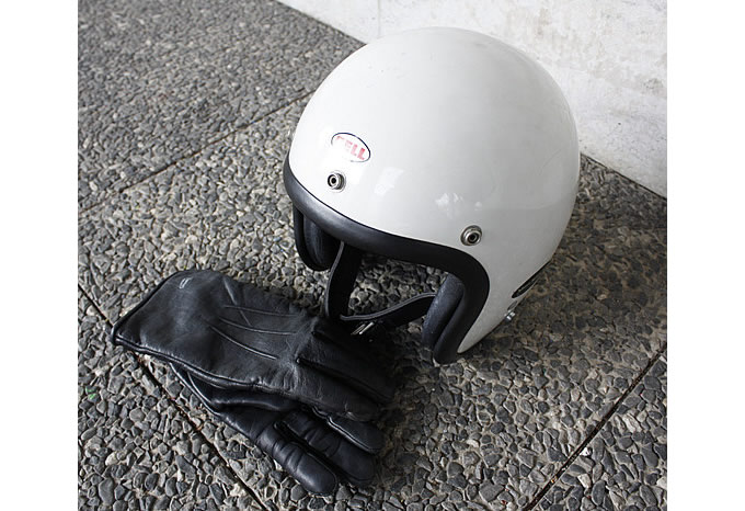 ライディングギアはBELLのジェットヘルメットと本革のBUCOグローブ。