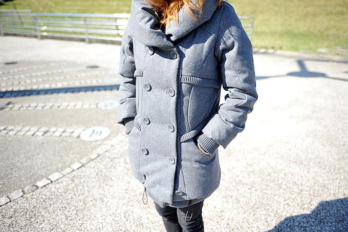 走行中に一番冷える首元を確実に守りながらも女性らしいラインを魅せるPコート。