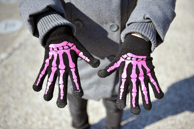 ライディング時に必須の手袋はピンクのスカル柄のビビットなデザインなものをチョイス。