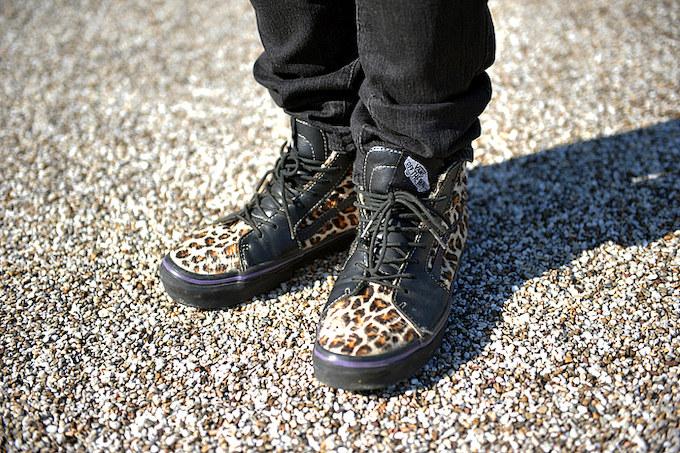 他の人とはカブリたくないというシューデザインはヒョウ柄でファンキーに足元を飾る。
