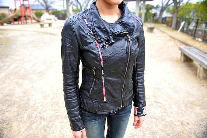 ライダースJKTは一見ハードな印象だがパイピングなどの和柄が女性的なデザインに落とし込まれる。