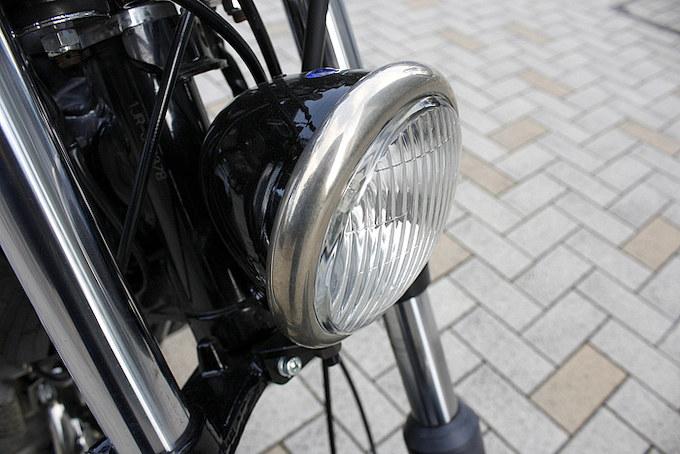 精悍な表情を形成するヘッドライトボディはブラックで、リムはニッケルメッキ加工される。
