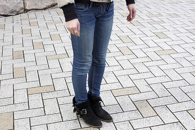SLYのジーンズに、ブーツはROSE BUDで購入。