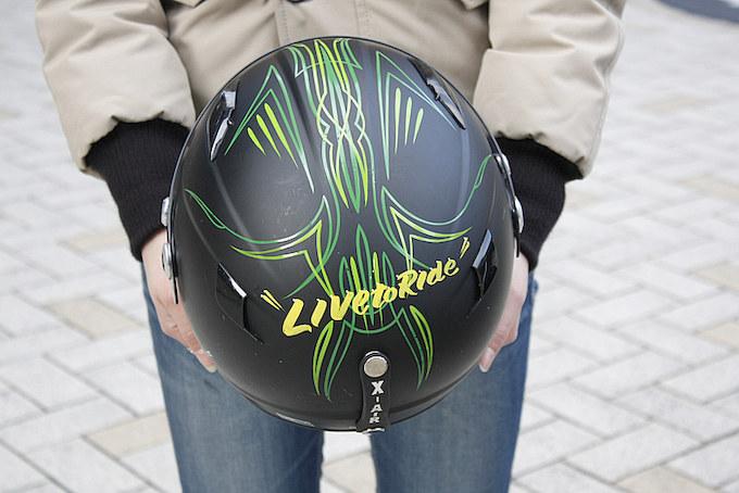 X-AIRのヘルメットにはシェイキン清水氏にオーダーしたピンストがドロウ。