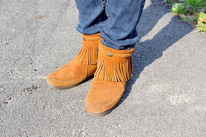 ブーツは女性らしいデザインと色のものを履くことが多いそうだ。