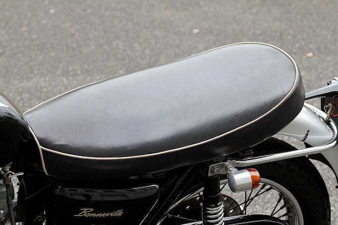 シートは純正をベースに体型に合わせてアンコを抜いている。