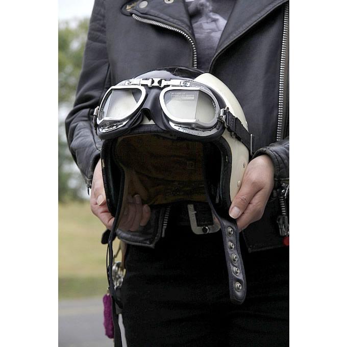 クロムウェル製のヴィンテージヘルメットを使用。