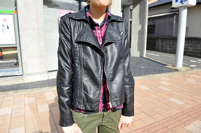 ハードな印象に見えがちなレザージャケットもインナーにポップなネルシャツを合わす事でフェミニンに演出。