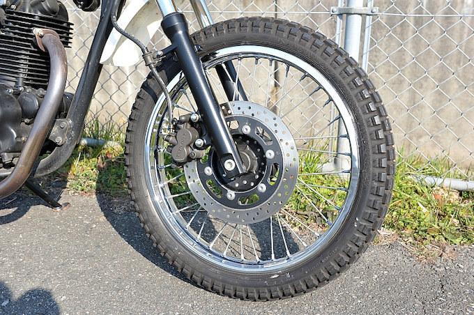 山道など絶対に走ることはないそうだが、ゴツゴツした感じがお気に入りの純正ブロックタイヤ。