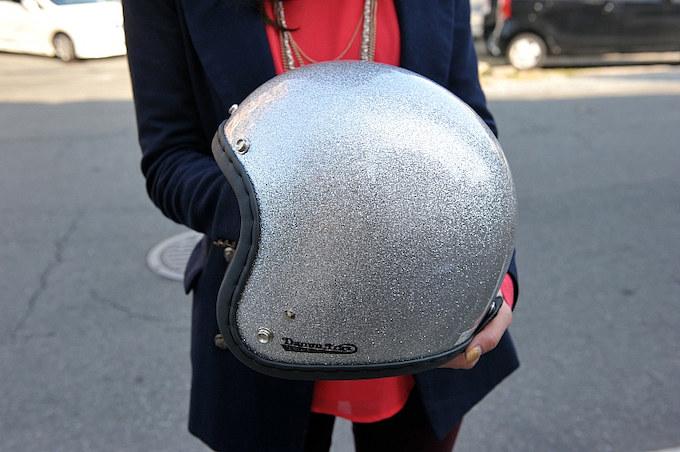 最近購入したというシルバーラメのヘルメットはカスタムペイントを検討中。