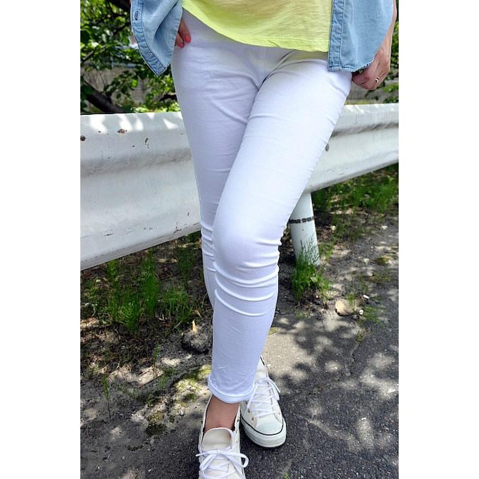 トップスが鮮やかなのでボトムスは靴と共にホワイトでスッキリと魅せる。