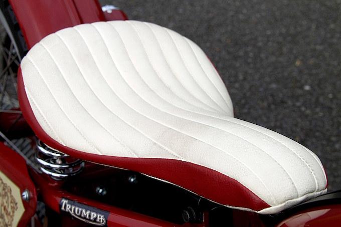ラズルダズルが製作したタックロールのサドルシートは肉厚で座り心地も良い。