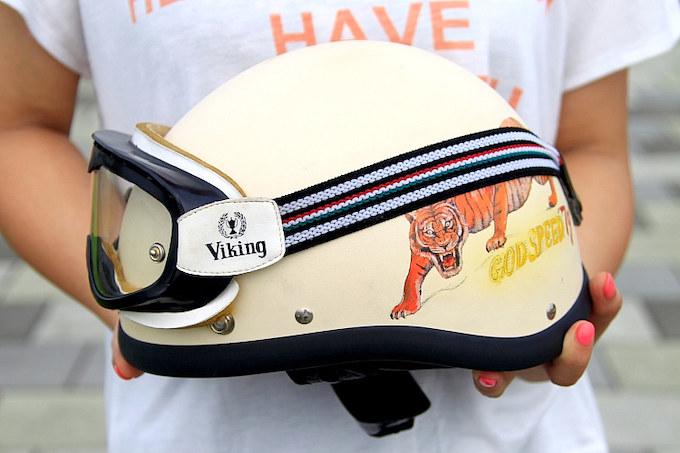 グラッドハンドのヘルメットとバイキングのゴーグルはバイクとの相性も◎。