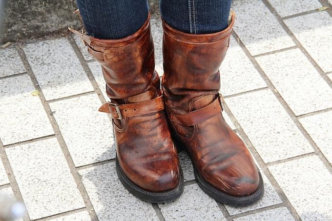 もともとはホワイトだったというチペワのブーツ。それを彼女自らハケで塗り、雰囲気ある一足に仕上げている。