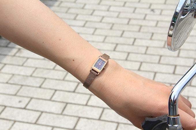 アクセサリー感覚のポールスミスの小振りな時計はどんなスタイルにも合わせやすい。