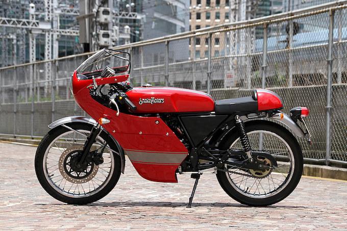 ストックのスネークモータース K-77。古き良き時代のカフェレーサーをそのまま再現したという排気量223ccモデルで、年間で限定100台のみの生産とされる。
