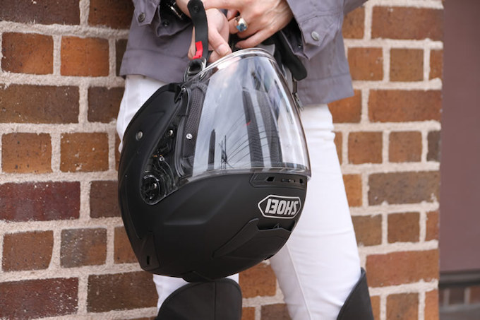 福山さん愛用のヘルメットは、ショーエイが自信をもって送り出すジェットヘルメット『J-FORCE IV』。スポーツジェットというカテゴリーにふさわしいシャープなラインが特徴的。